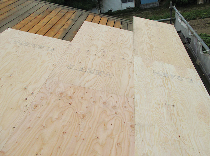 屋根の野地板の設置中