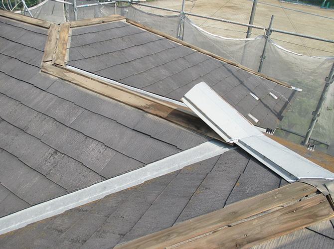 屋根重ね葺き工事の施工前