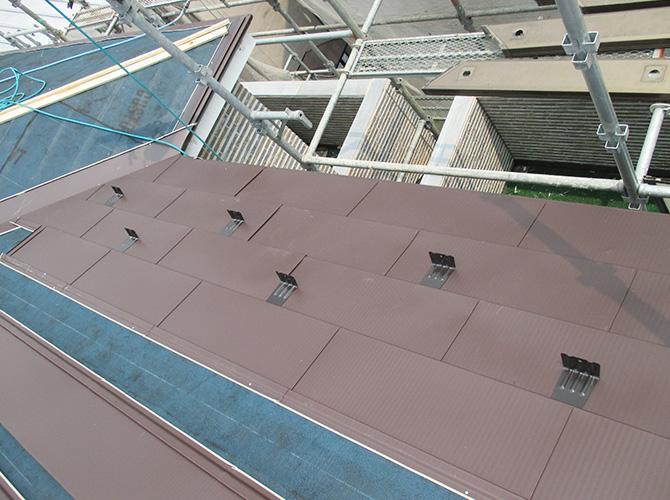 新設屋根材の施工中