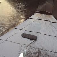 東京都品川区の屋根塗装の上塗り施工中
