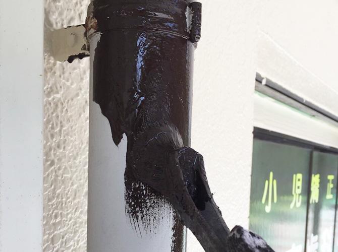 雨樋の塗装中