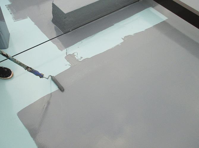 屋上床部分のトップコート施工中