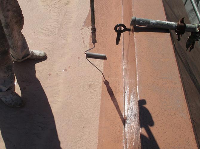 屋上床部分のプライマー塗布