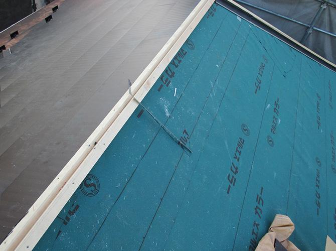 屋根材の設置中