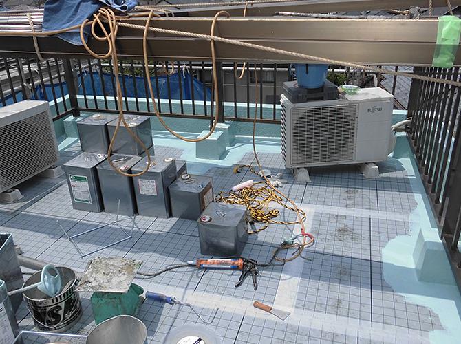 通気マットの設置後のウレタン防水材の塗布