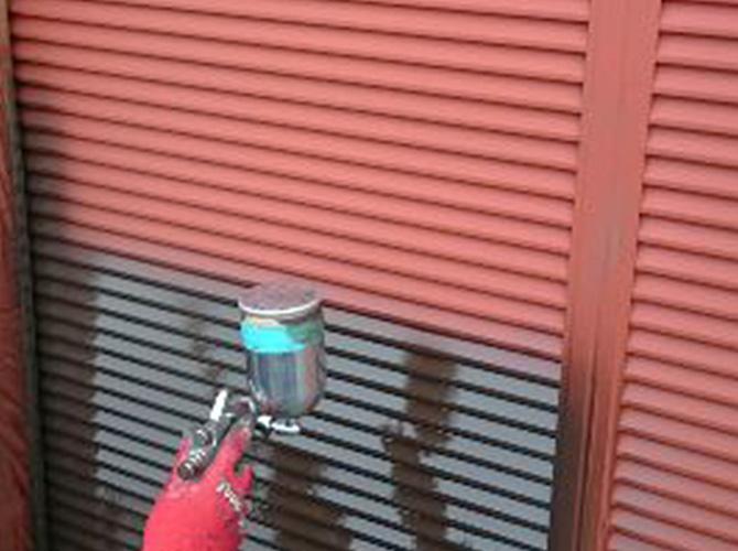 雨戸の塗装中