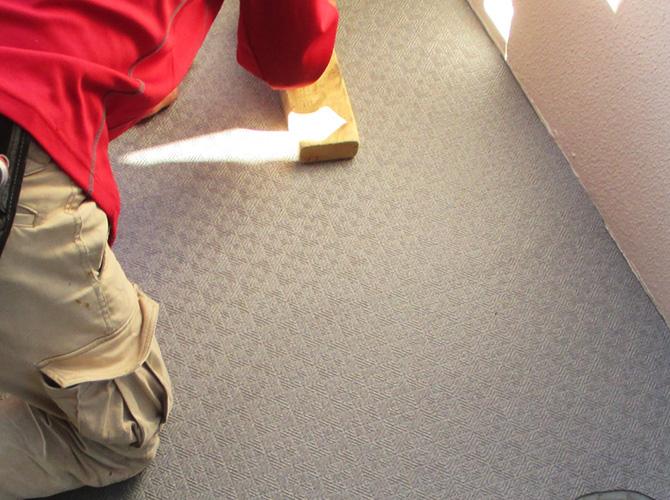 床長尺シートの押し作業