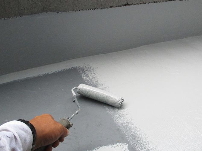 バルコニー床部分のトップコート施工中