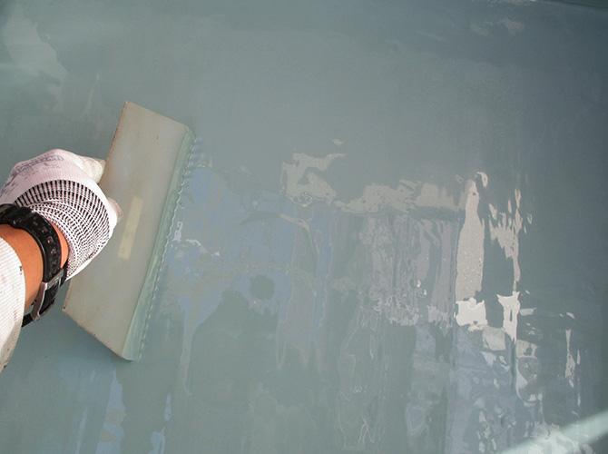 バルコニー床部分の防水材塗布中