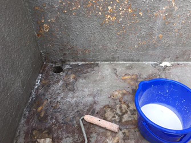 バルコニーの防水工事のプライマー塗布
