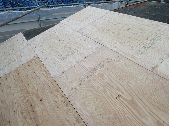 屋根野地板の設置中