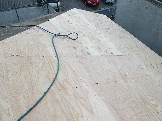 屋根野地板の調整中