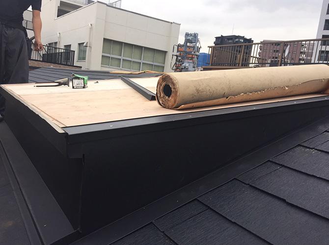 屋根修理工事の施工中