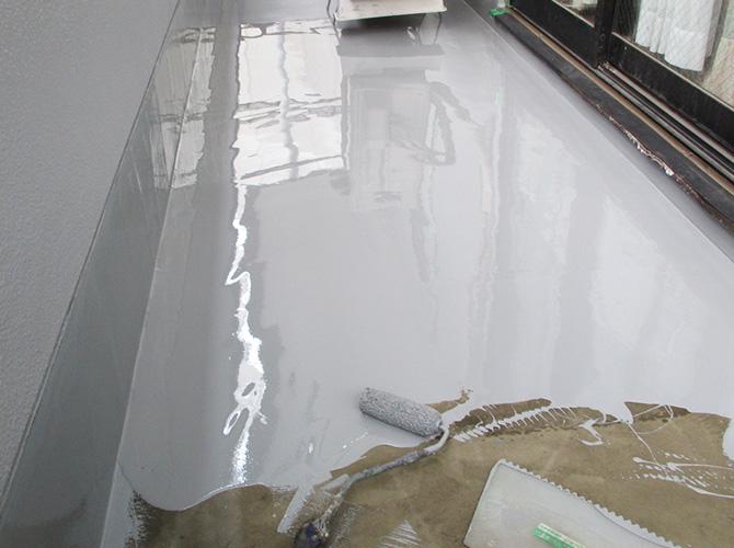バルコニー防水工事の防水材塗布中