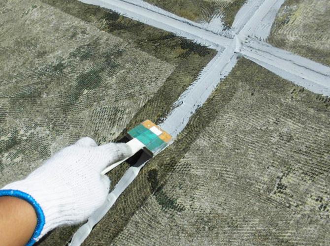 床目地のシーリング材の充填中