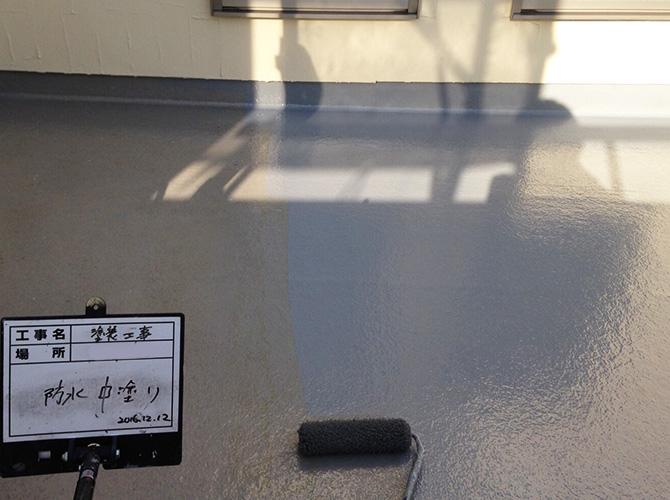 バルコニー防水工事の中塗り