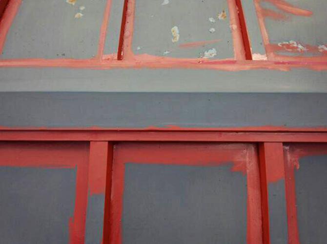 トタン屋根のサビ止め塗装中