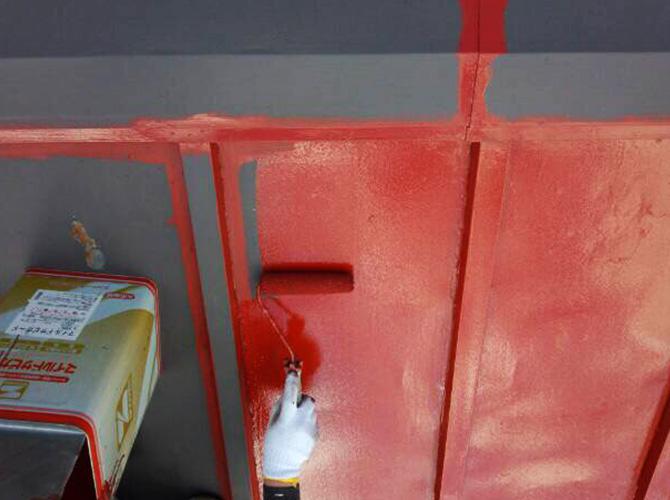 屋根のサビ止め塗装中