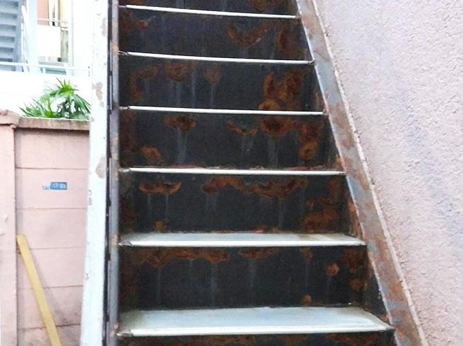 鉄骨階段のサビ止め塗装前