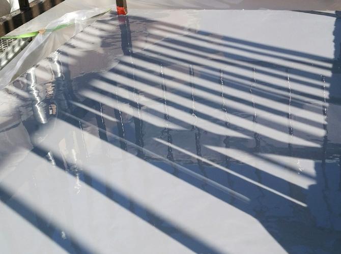 防水材を床全体に塗る