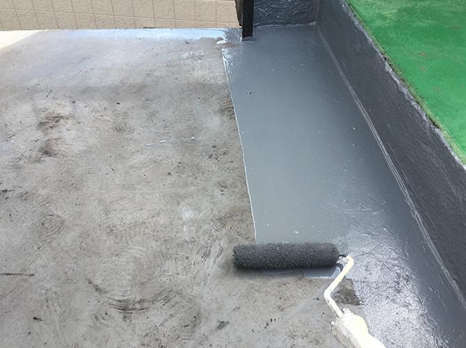 防水材の上塗り