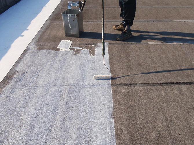 マンション屋上の床のプライマー塗布中