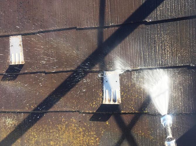 屋根の高圧洗浄で汚れをしっかり落とします