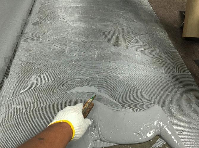 長尺シートの接着剤の塗布中