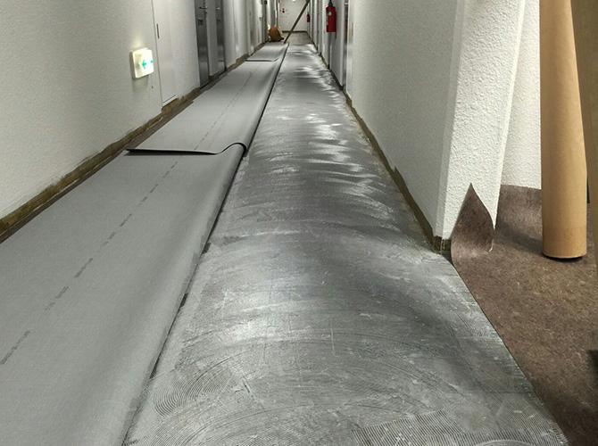 長尺シート工事の接着剤の塗布中