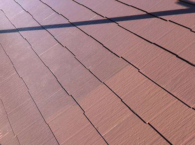 屋根塗装の上塗り施工中