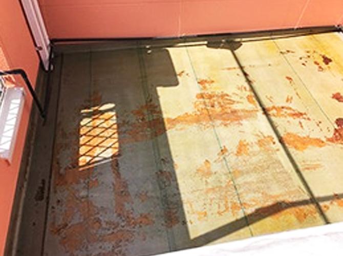 バルコニー防水工事のプライマーの塗布