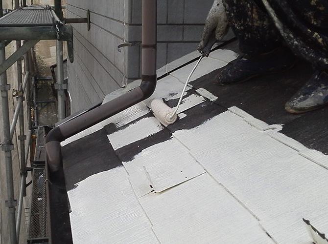 屋根材の下塗り施工中