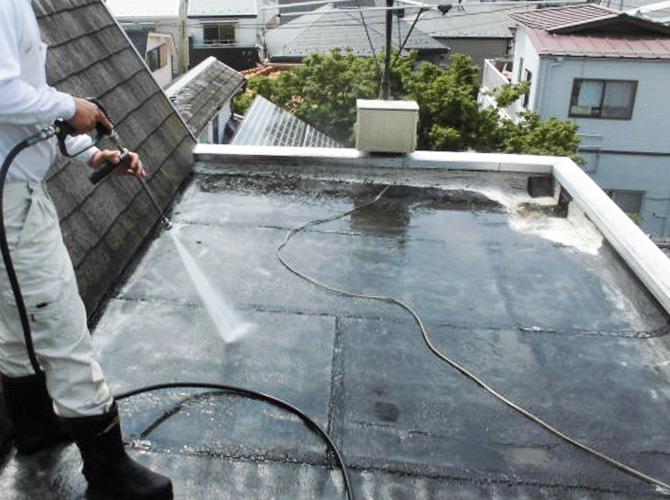 屋上の高圧洗浄施工中