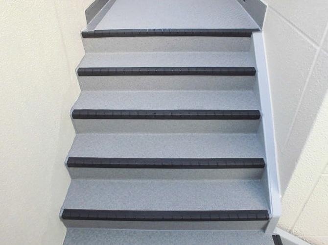 階段の長尺シート施工完了後