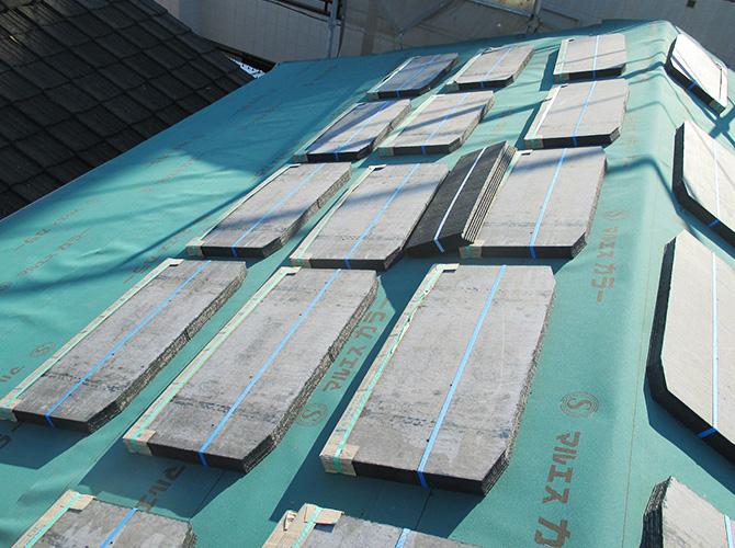屋根材設置の準備中