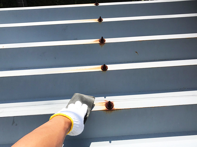 折板屋根のケレン清掃