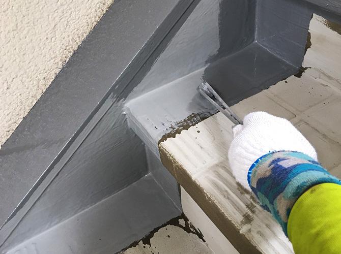 階段巾木の防水材塗布
