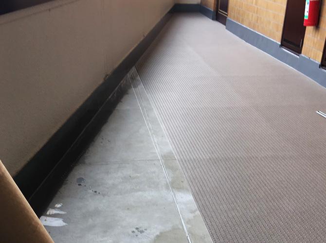 廊下の長尺シートの設置