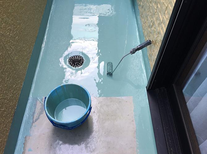 バルコニーのウレタン防水材塗布中