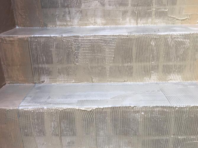 階段の接着剤の塗布