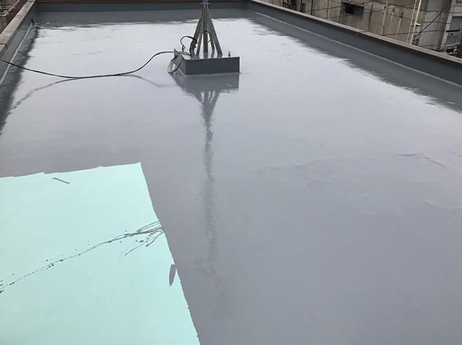 屋上床のトップコートの塗布