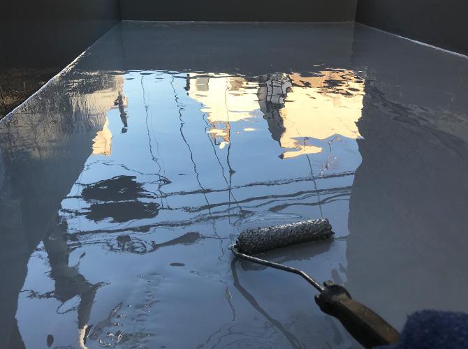 二層目のウレタン防水材塗布