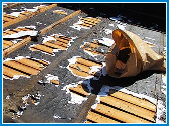 屋根の葺き替え工事の施工中