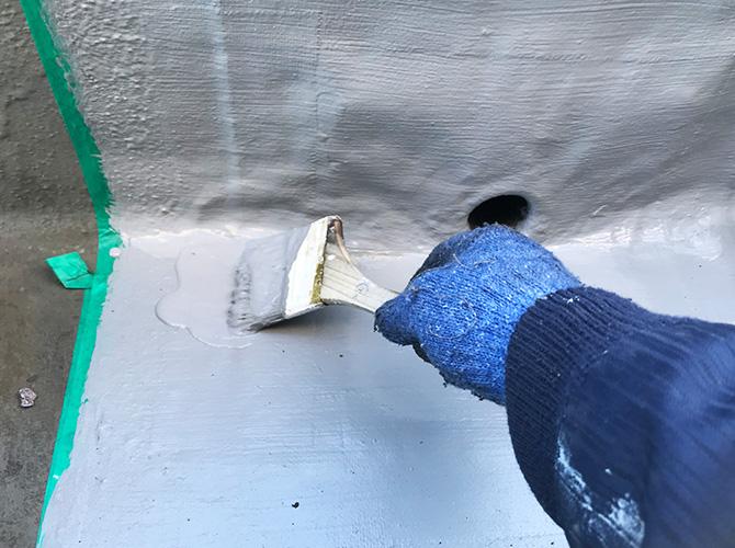 防水材の二層目塗布中
