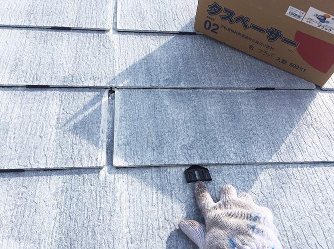屋根のタスペーサー設置中