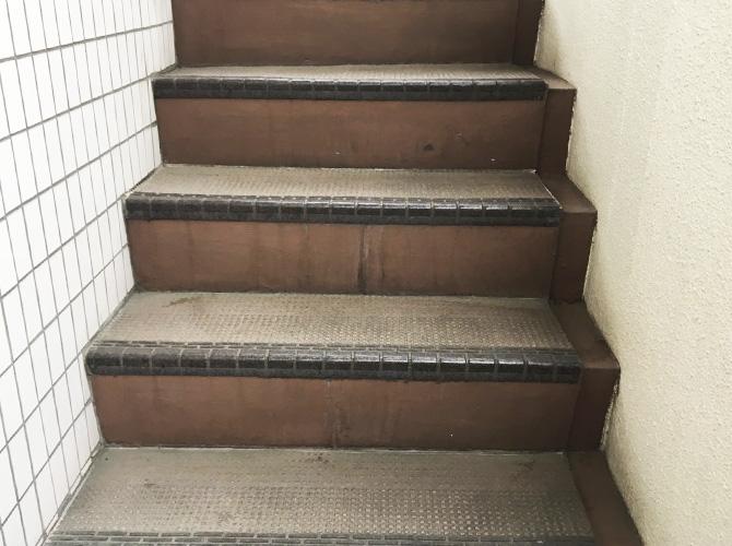 外階段の長尺シート工事の施工前