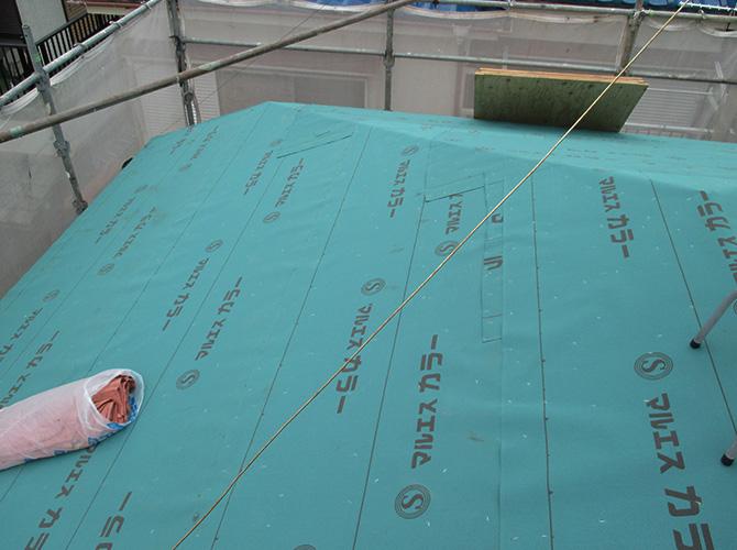 カバー工法の防水シートの設置中
