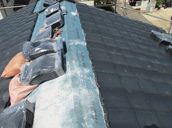 新しい屋根材の設置中