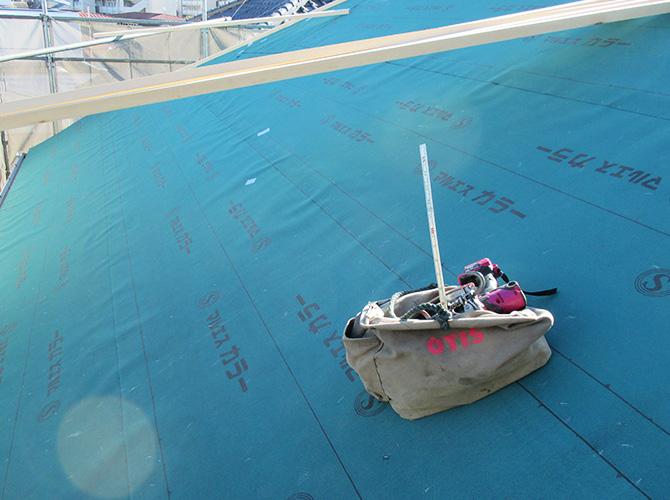 防水シートの設置中