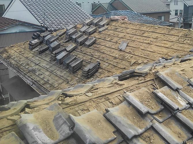 屋根葺き替え工事の瓦屋根の撤去中